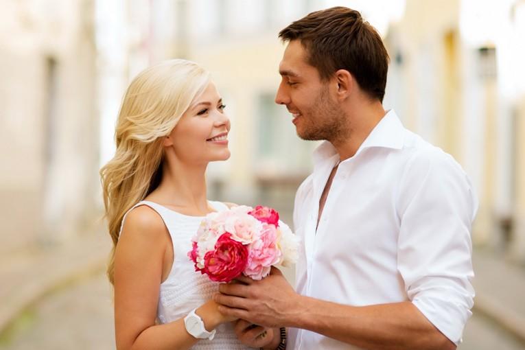 Kadın ve erkek birbirine gülümsüyor.